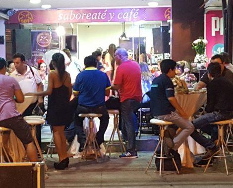 gente disfrutando terraza saboreateycafe